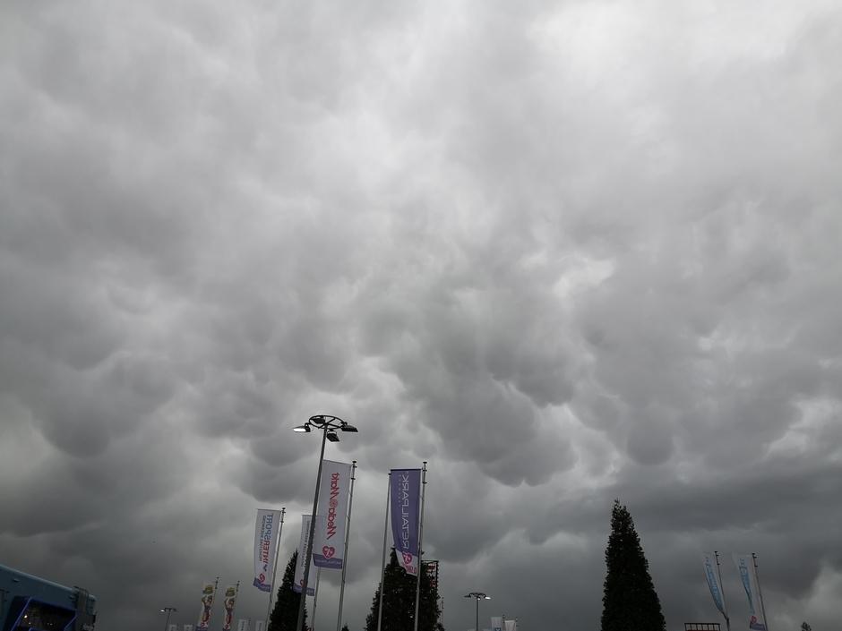 Mamatuswolken boven Roermond