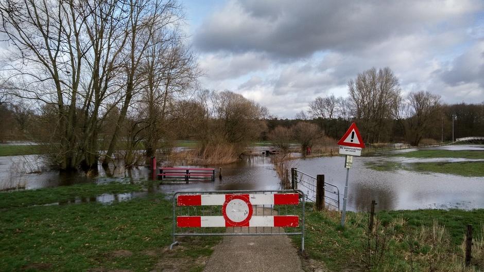 Het Schoklandpad in Losser is afgesloten vanwege het hoge water