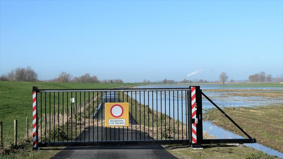 afgesloten weg vanwege wateroverlast