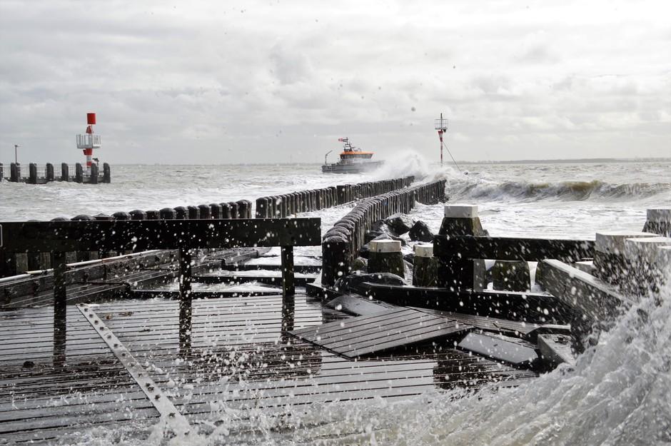 Stevige wind aan zee
