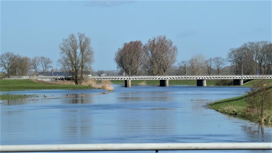 het kanaal overstroomt door de vele regenval
