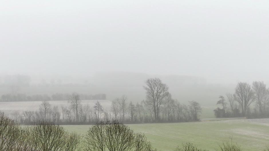 Laaghangende wolkenvelden nevelig