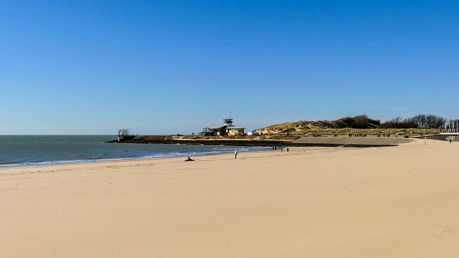 Zon strak blauw ongerept strand