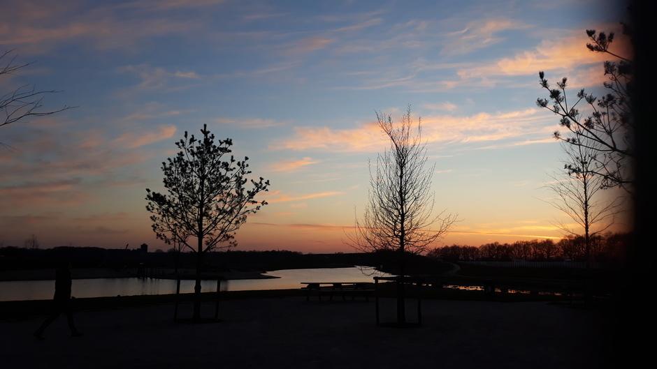 Hele mooie foto van zonsondergang tijdens een rondje fietsen.