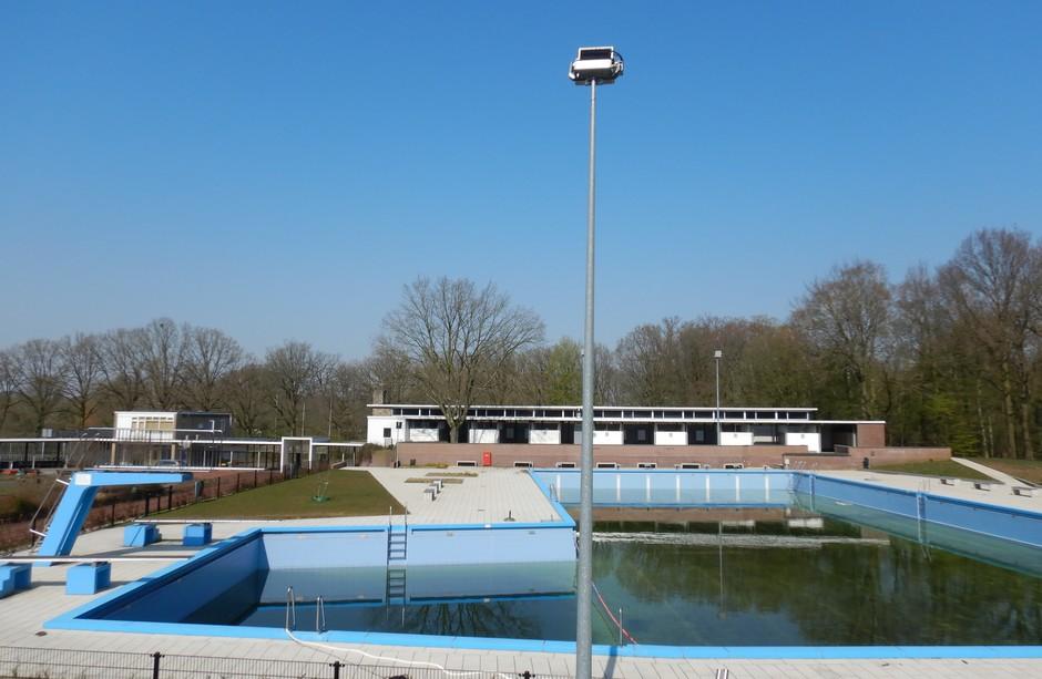 Blauw boven het zwembad