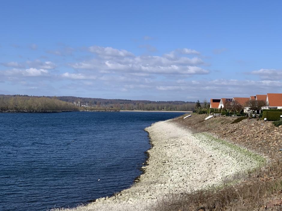 Bewolking uit noorden, rivierwater gezakt