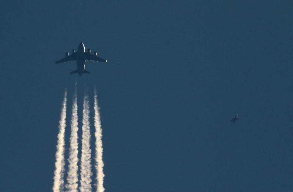 20200331 Een C-17 transportvliegtuig van de Amerikaanse Luchtmacht wordt onderschept door een F-16 van de Koniklijke Luchtmacht boven Eindhoven