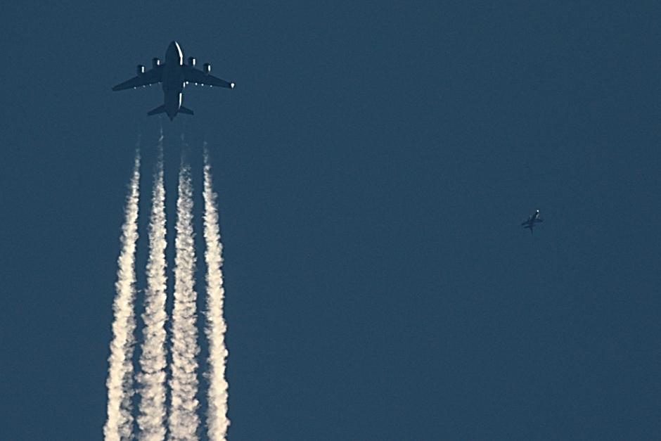20200331 Een C-17 transportvliegtuig van de Amerikaanse Luchtmacht wordt onderschept door een F-16 van de Koniklijke Luchtmacht boven  Eindhoven (foto iets aangepast)