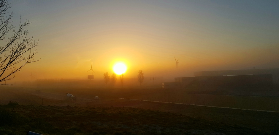 Zon opkomst met mist