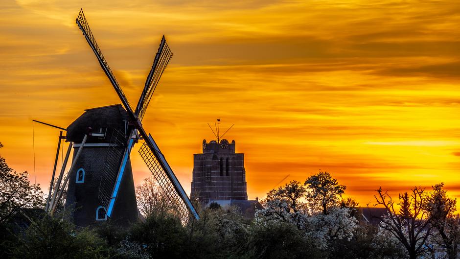 Zonsondergang 9 april bij molen de vrijheid