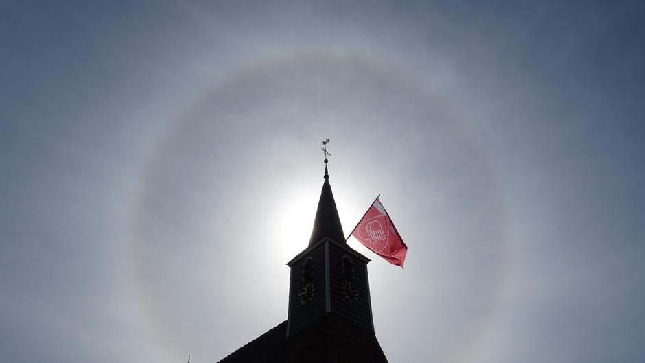 Een halo vanochtend boven de kerk van Haskerhorne