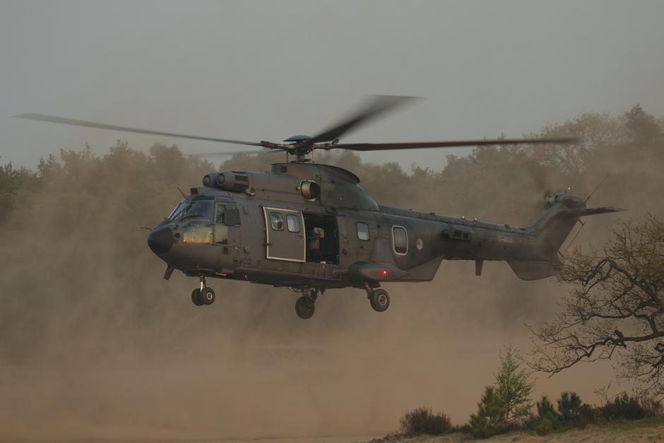 20200416 Sunset bij Oirschot met een Cougar helicopter van de Koninklijke Luchtmacht