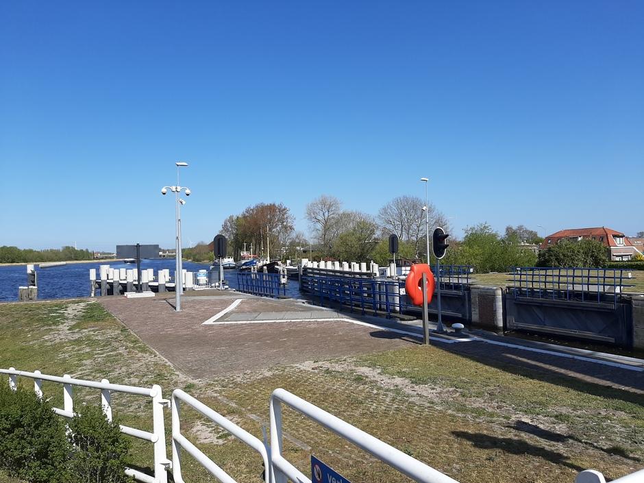 Blauwe lucht bij de sluis van Spaarndam