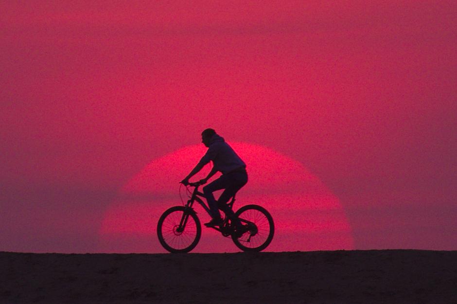 20200507 Sunset in Eindhoven met een fietser voor de zon