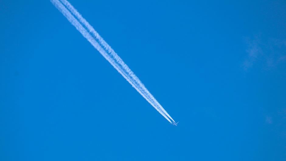 Vliegtuig in een stukje onbewolkte lucht