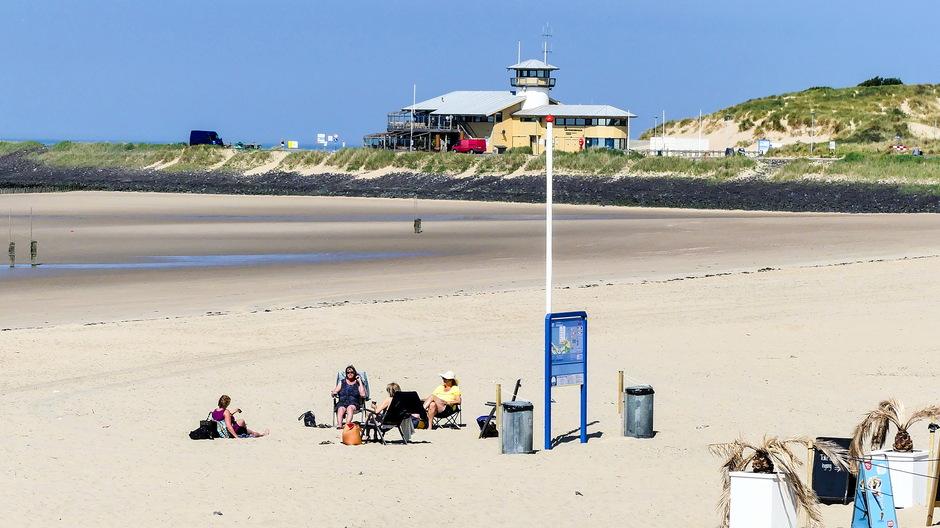 Strandgasten op gepaste afstand
