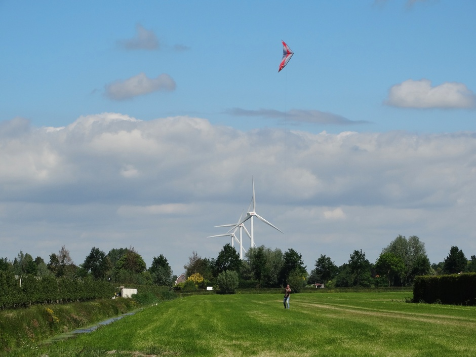 De windkracht dubbelop. De vlieger en de windmolens