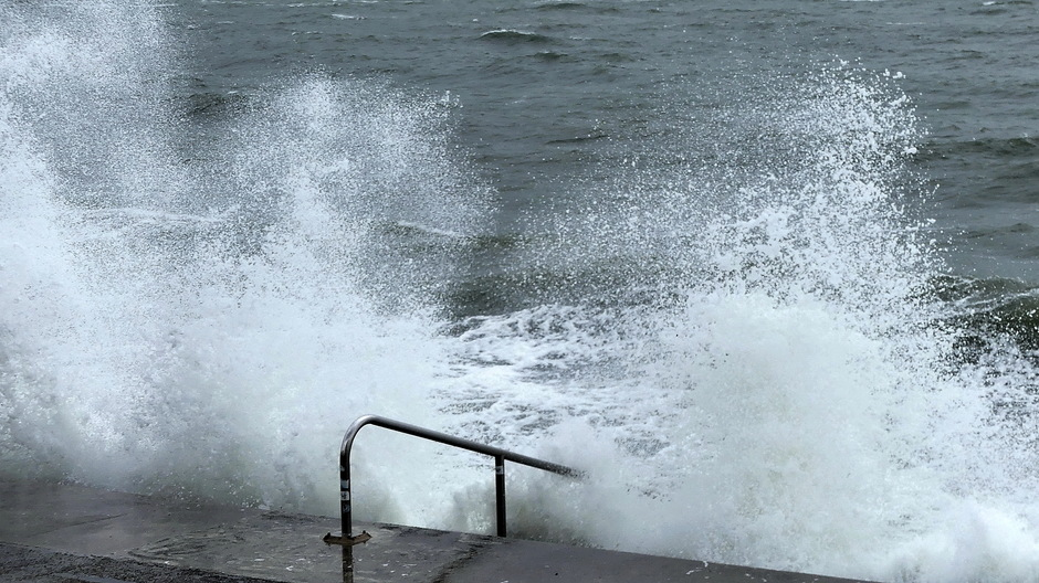 Wind en onstuimige golven