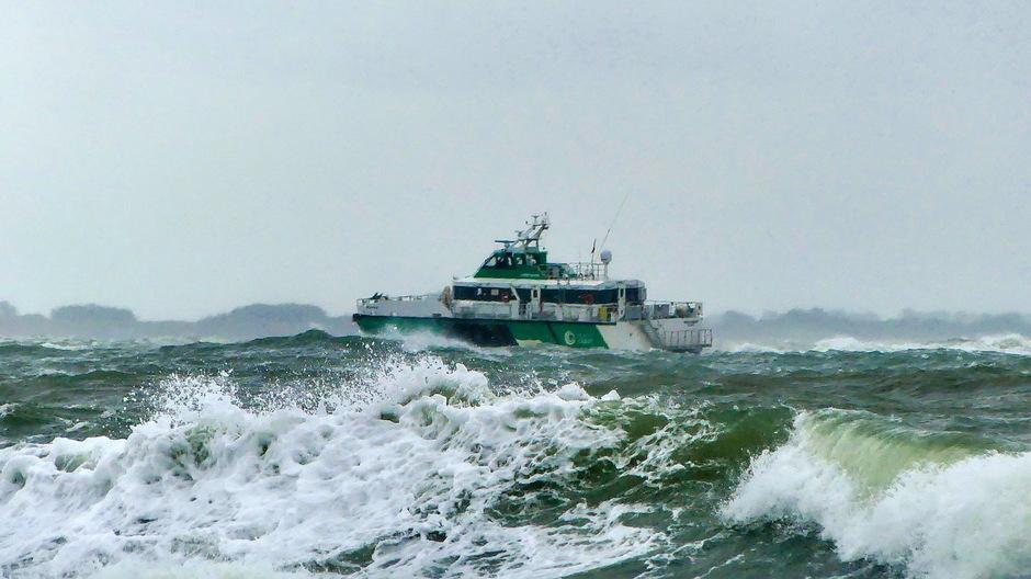 Wind grijs en onstuimige golven