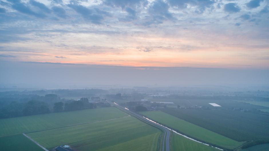 Nevelig en bewolkt om 5.20 uur in het Rivierengebied