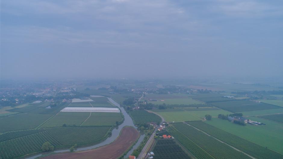 Nevelig om 5.20 uur in het Rivierengebied (drone)