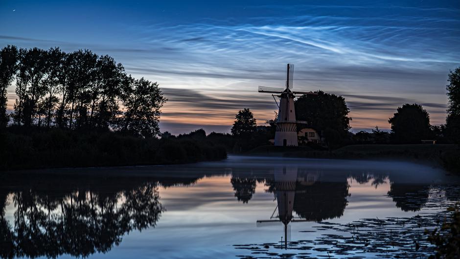 Lichtende nachtwolken bij molen de Vlinder