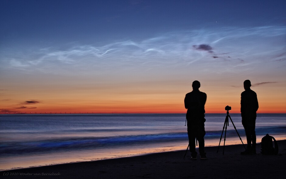 Lichtende nachtwolken met zeevonk