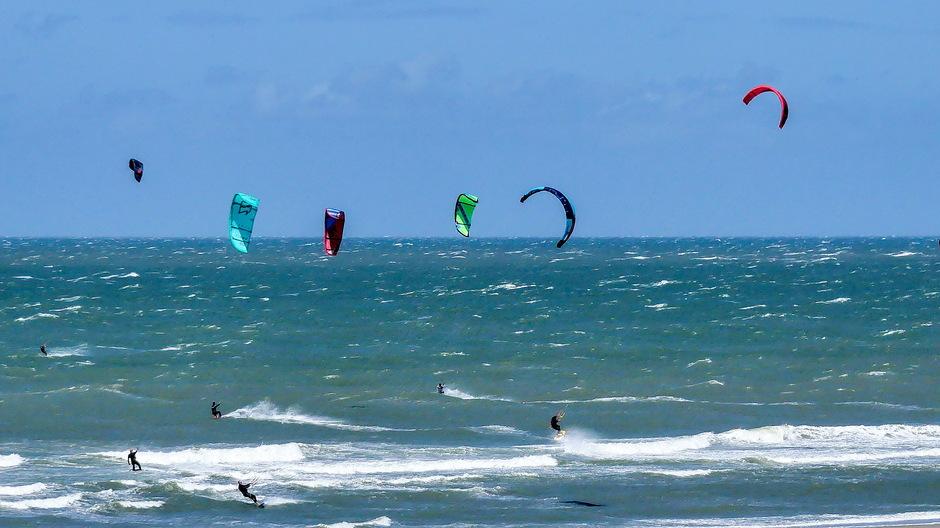 ZON WIND SCHUIMKOPPEN EN SURFWEER