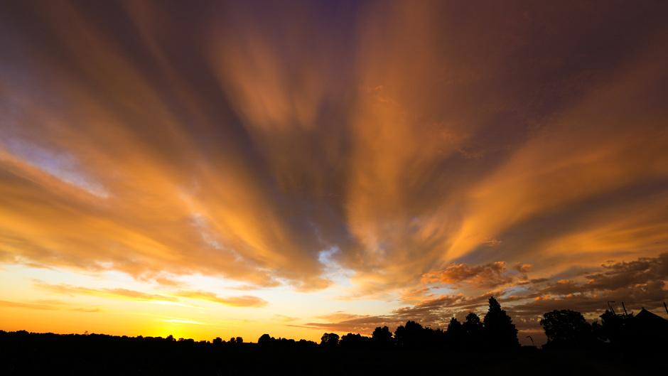 Gekleurde, bewolkte lucht net voor zonsopkomst