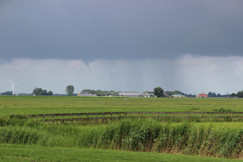 Waterhoos en regen boven Friesland