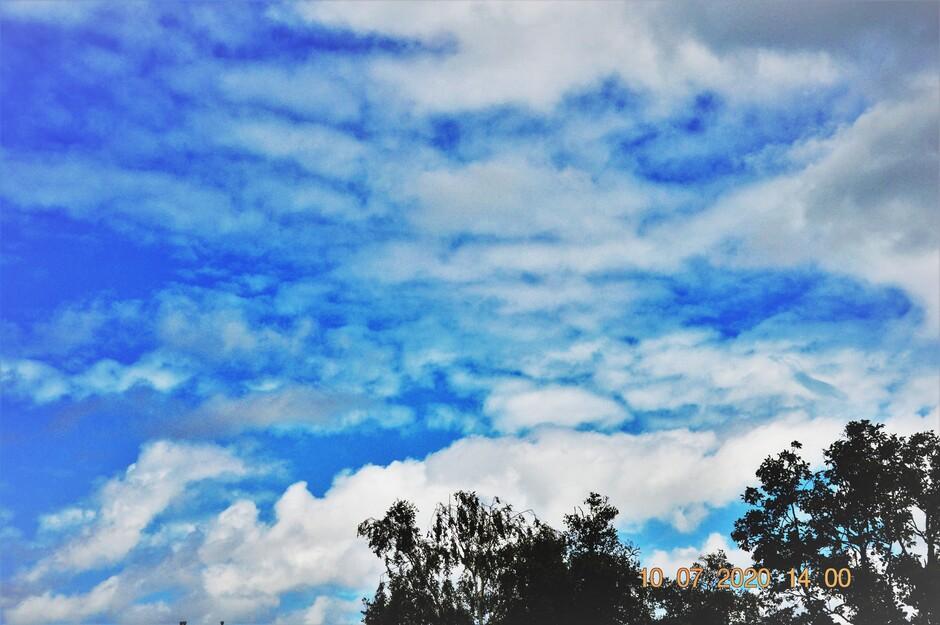 Zon En Stapelwolken Wisselen Elkaar Af