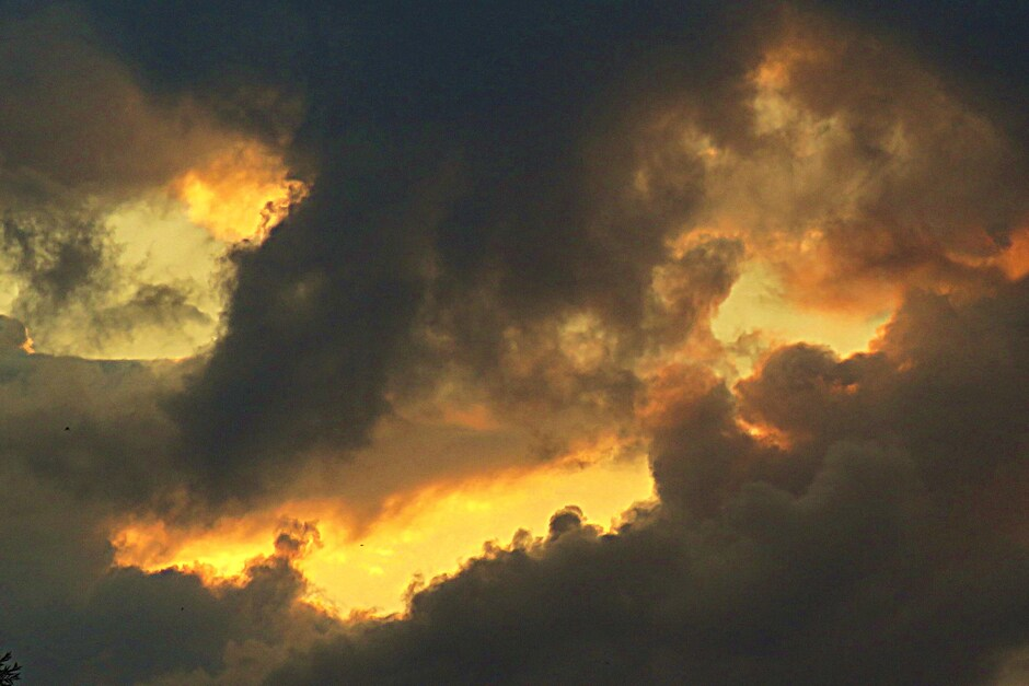 Zonsondergang achter de wolken.