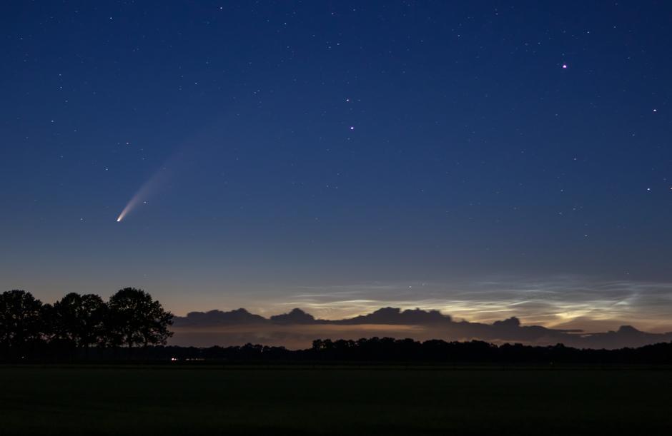 Komeet Neowise en lichtende nachtwolken
