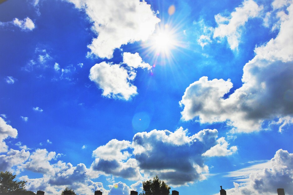 Stralende Zon Met Stapelwolken