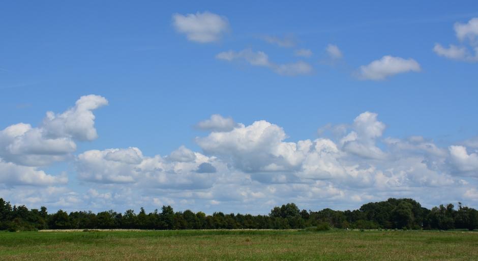 Stapelwolken en zon