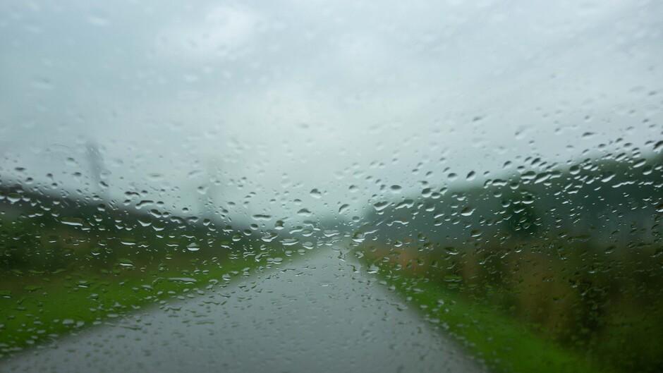 Onderweg op een regenachtige dag