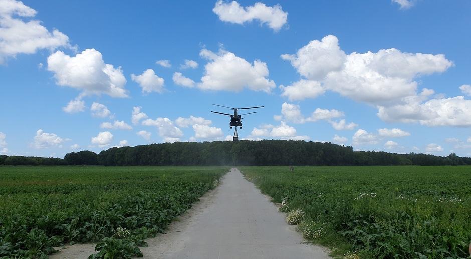 Landing van een Chinook met lading eronder.