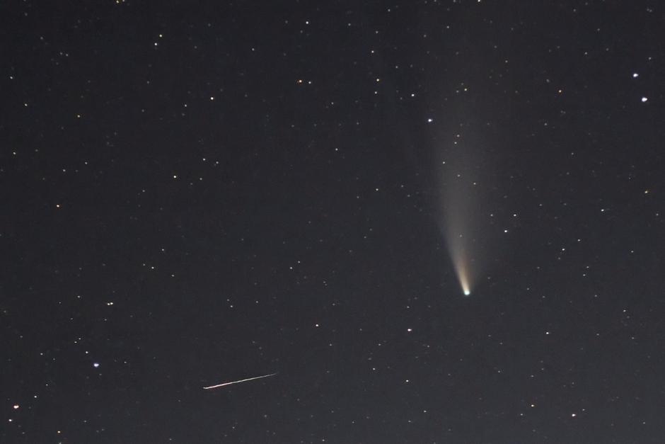 Komeet Neowise en vallende ster.