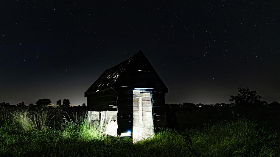 Heldere nacht, sterren en neowise