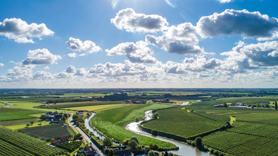 Wolken, blauw en zon in het Rivierengebied