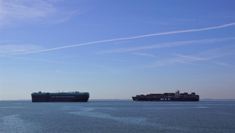 zonnig blauwe lucht en sluier bewolking op de Westerschelde 2 grote schepen