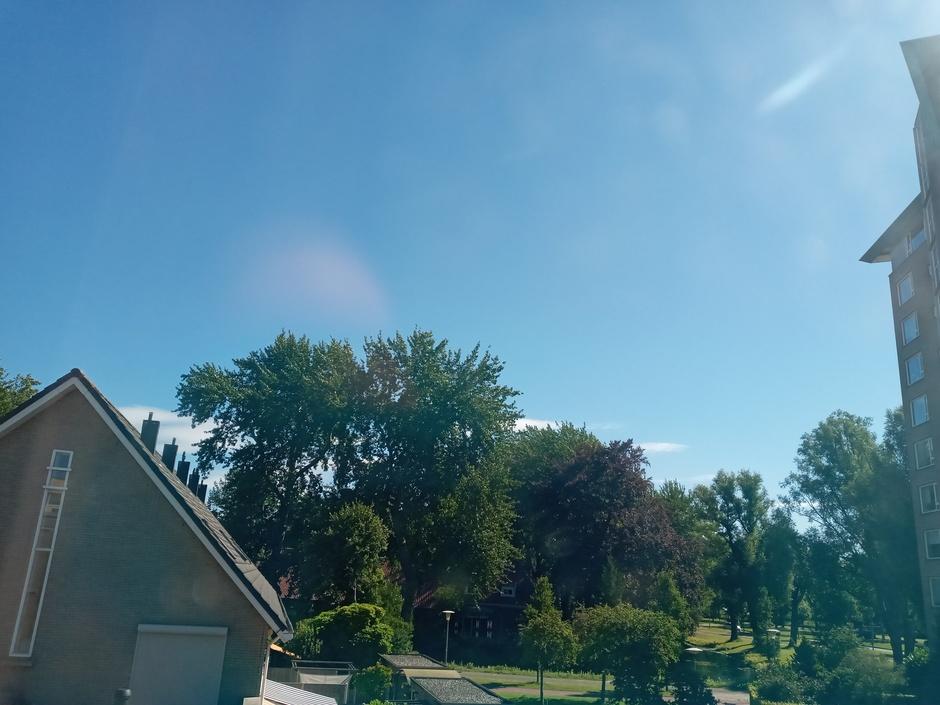 Staalblauwe-lucht met daarachter een beetje wolken.