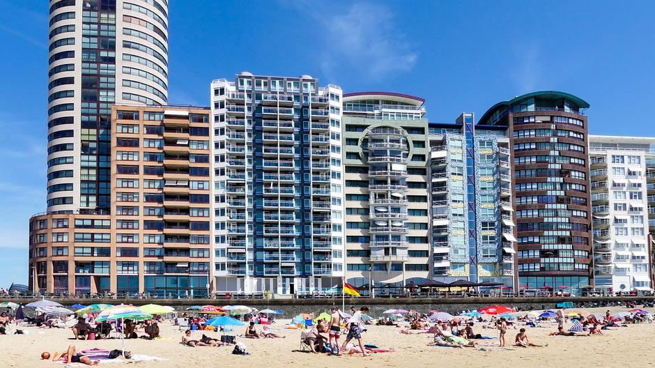 Strand en hoogbouw