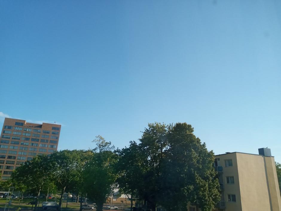 Staalblauwe-lucht met zon.