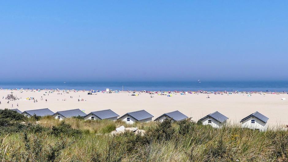 Strak blauwe lucht parelwit strand
