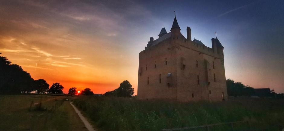 Gekleurde zonsondergang bij kasteel Doornenburg