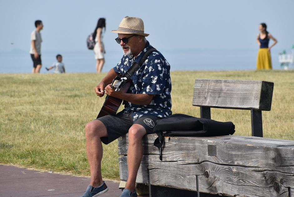 Muzikant aan zee