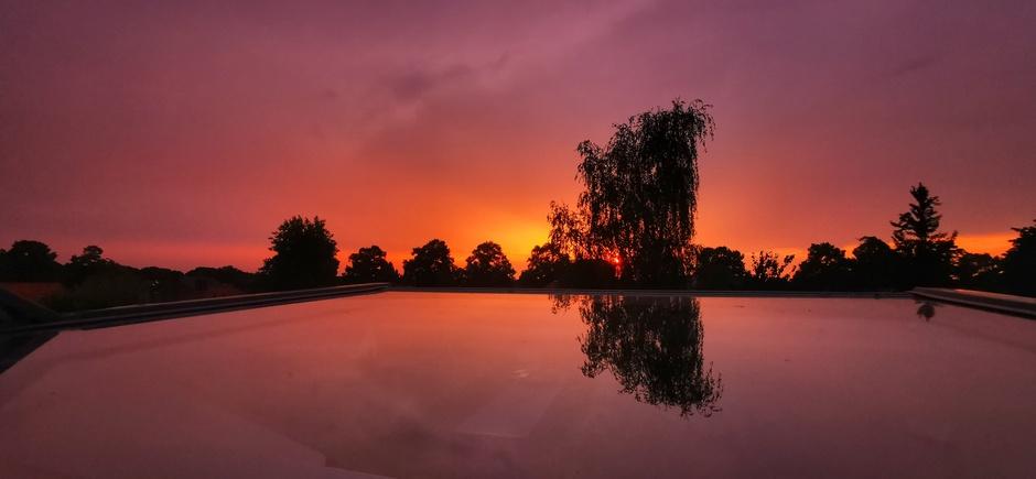 Prachtige lucht na een verfrissend buitje bij zonsondergang