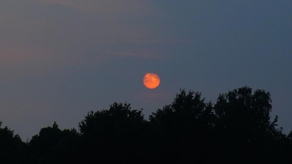 Grijsbewolkte zonsondergang