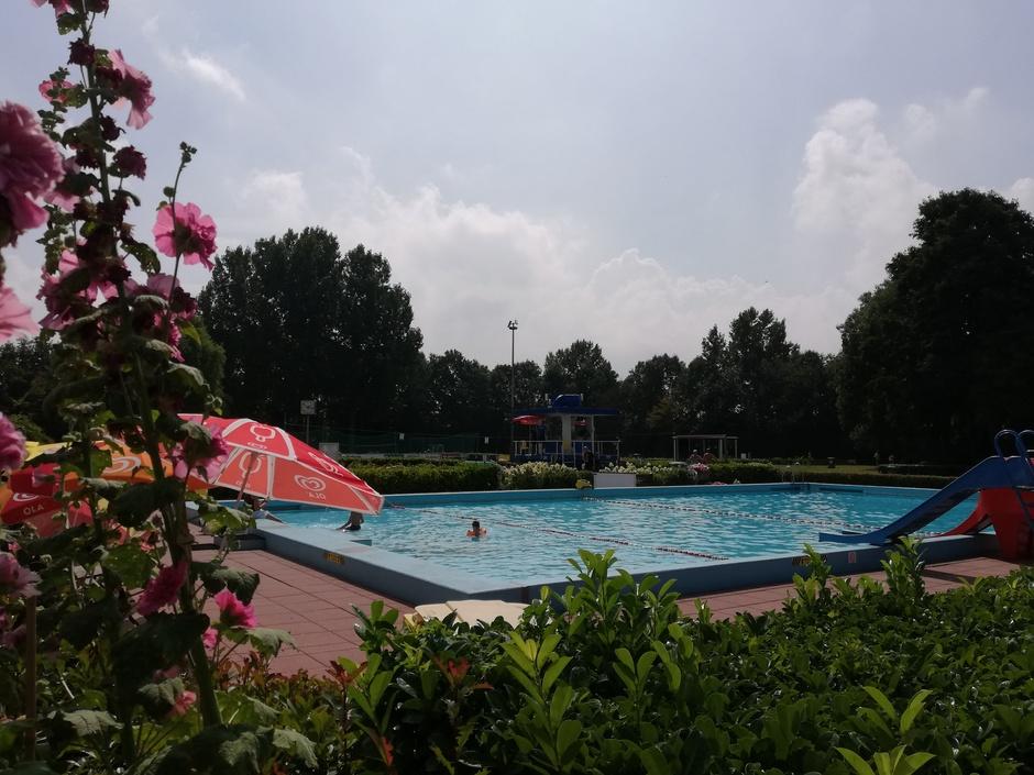 Zwembad in alle rust...